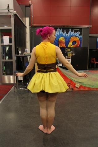 Pikachun asukokonaisuutta työstävät Linda, Henna ja Noxi. Puku Pikachumme, eli Neeneen, päällä.